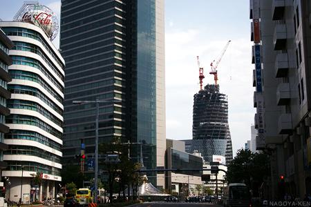 めまぐるしく変化する名古屋駅前のビル群とどっしりと構える大名古屋ビルヂング