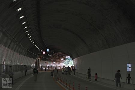 出口へ向かう 東海北陸道 飛騨トンネル