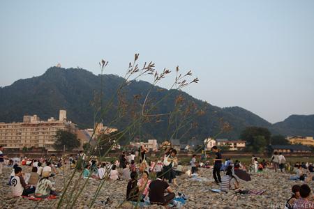 川原に座る観客と、金華山