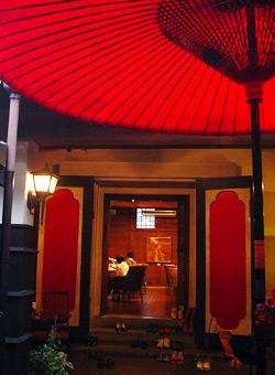 蔵前の赤い傘