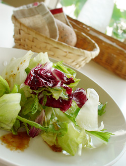 パスタランチのサラダとパン