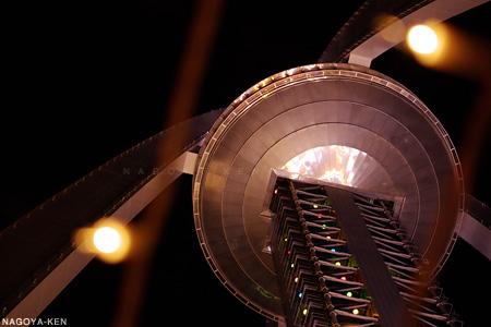 下から見上げるツインアーチ138