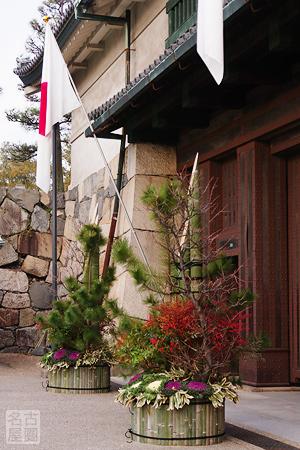 門松が飾られた名古屋城正門前
