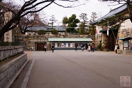 元日の名古屋城正門前