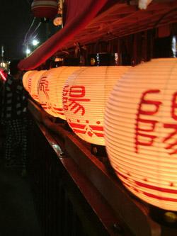 山車に飾られた提灯