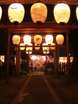 松原神社で一瞬、喧噪から離れる