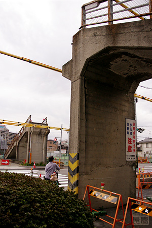解体が始まった西枇杷島歩道橋 width=
