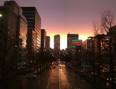 丸の内歩道橋から定点観測 雨上がりの夕陽