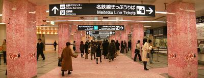 桜満開の名鉄名古屋駅中央改札口