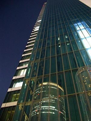 タワーズを映すミッドランドスクエア
