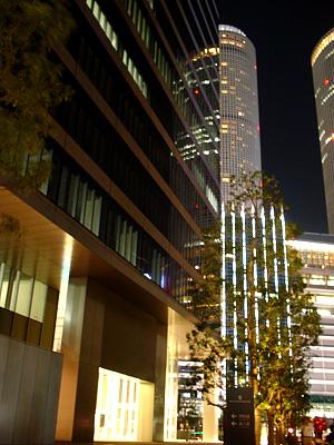 ミッドランドスクエアの路地からタワーズを見る