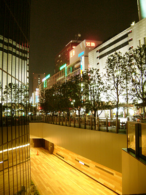 地下1階のミッドランドストリートと地上の百貨店群