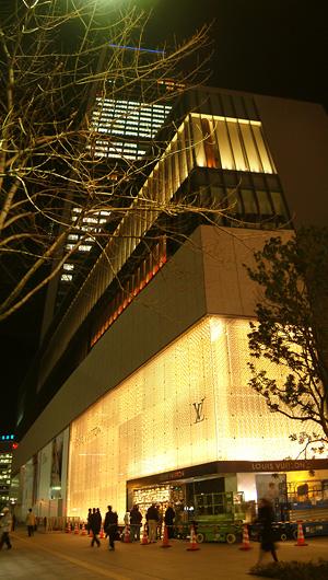 光に包まれる夜の商業棟1階
