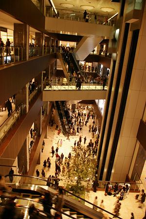 ミッドランドスクエア 商業棟地下1階から地上4階までの吹き抜けアトリウム