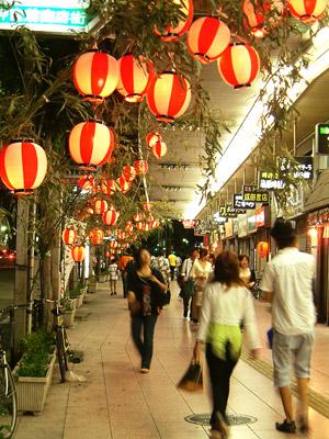 熱田まつりの夜の神宮前商店街