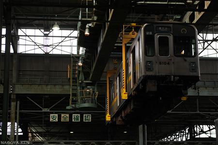 吊られ移動する東山線車両