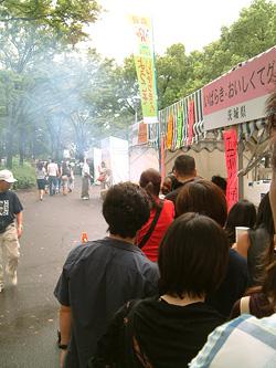 栄の街に煙を充満させる茨城県ブース