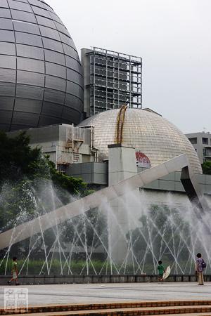 プラネタリウムがふたつ並ぶ名古屋市科学館