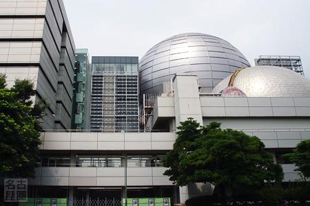顔をのぞかせる名古屋市科学館・新館