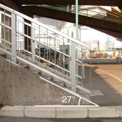 黄金跨線橋の歩道橋の角度
