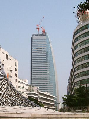 名古屋ルーセントタワー 小さいクレーンが大きいクレーンを解体中