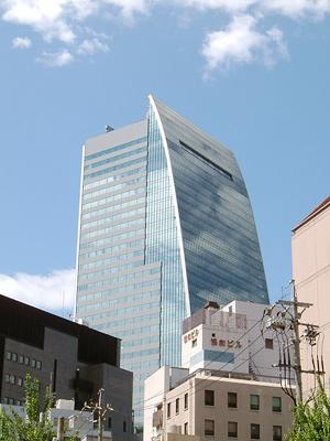 名駅二丁目交差点から見た名古屋ルーセントタワー