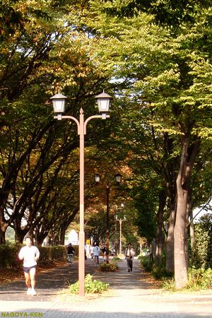 通りがかる人が絶えない名城公園東側の歩道