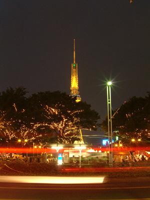 レーザー光線を受ける名古屋テレビ塔