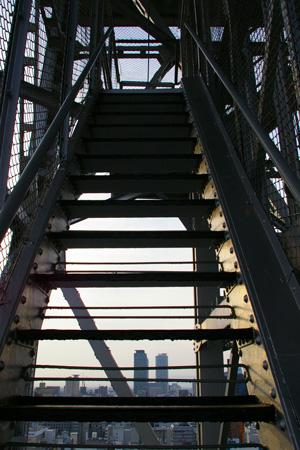 階段の向こうに摩天楼