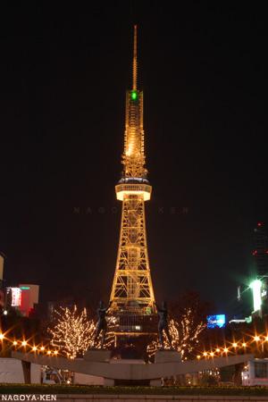 足元にイルミネーションと街路灯を従える名古屋テレビ塔