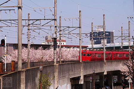 地下から高架へ上る名鉄瀬戸線の電車