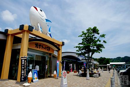 天を仰ぐ巨大マグロ 日本坂パーキングエリア