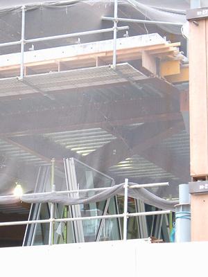 2階部分に置かれた三角形の透明な物体