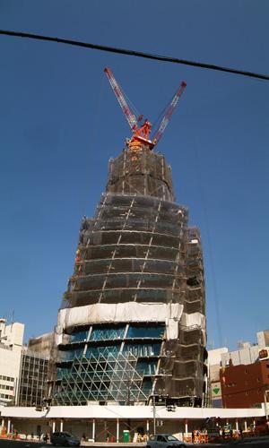 建設中のモード学園スパイラルタワーズ