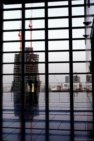 建設中のモード学園スパイラルタワーズをタワーズ15階のスカイストリートから見る