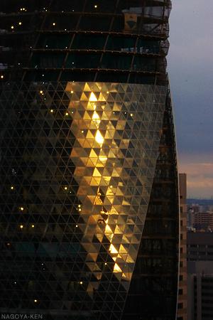 夕陽にきらめくスパイラルタワーズ