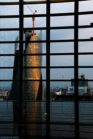 モード学園スパイラルタワーズをタワーズ15階のスカイストリートから見る