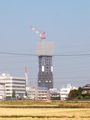 建設中のエレベータ試験塔
