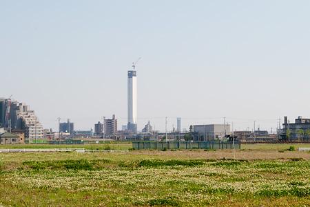 稲沢市内からエレベータ試験塔を見る