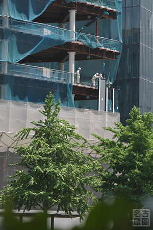 外壁の取り付けが始まった名古屋ビルディング